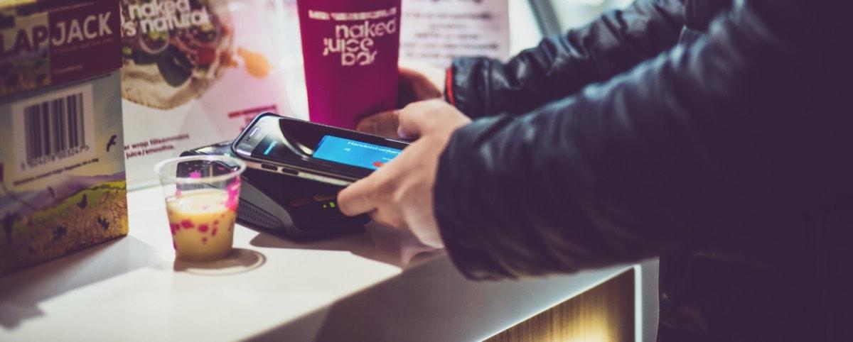 En man betalar med samsungpay till restaurangens inlösenavtal